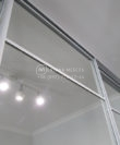 Белый зеркальный шкаф-купе под потолок фото Гребенки, профиль серебро